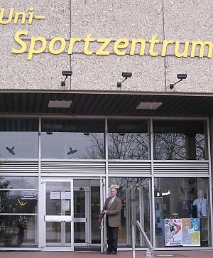 Prof. Hopf vor dem Uni-Sportzentrum